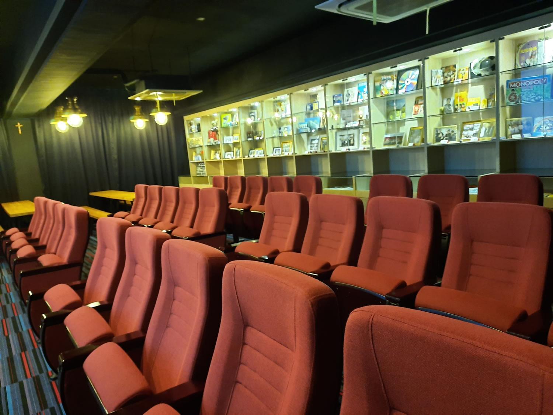 聖愛德華天主教小學設有光影教室,同學可透過電影學習中文。