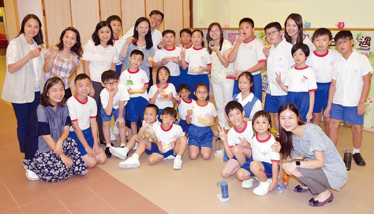 「大手拖小手」計劃讓學長與學弟妹於中秋節前夕分享水果及月餅,甜甜蜜蜜歡度佳節。