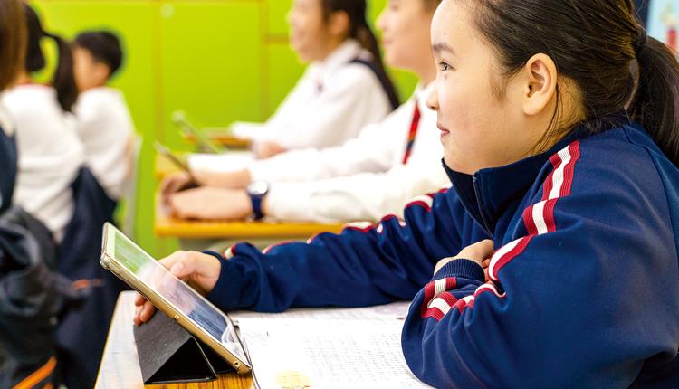 平板電腦成為學生上課的輔助工具,透過不同學習軟件令課堂更富趣味。