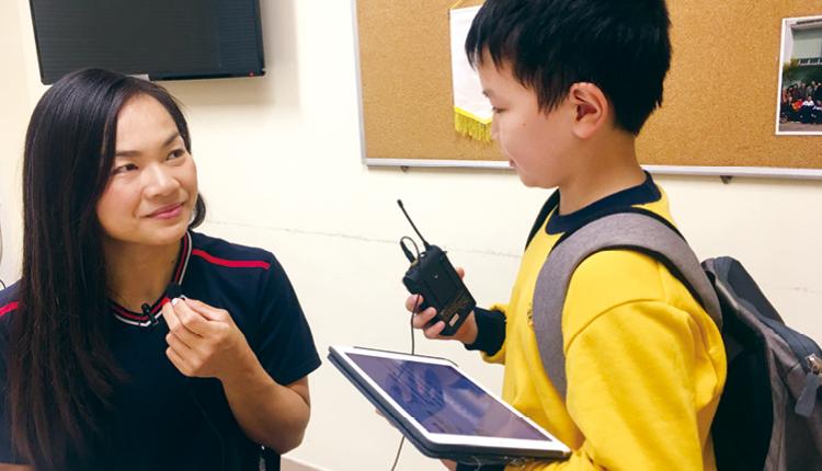 學生成為小記者,訪問「牛下女車神」李慧詩小姐,訓練與人溝通及說話技巧。