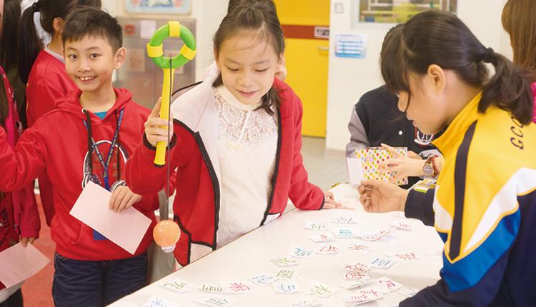 學校趁農曆新年舉辦中文科主題學習日,學生透過配字攤位遊戲,將課堂所學溫故知新。