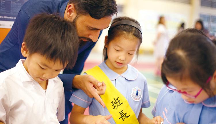 以平板電腦進行萬聖節遊戲,讓學生從趣味中學習英語。