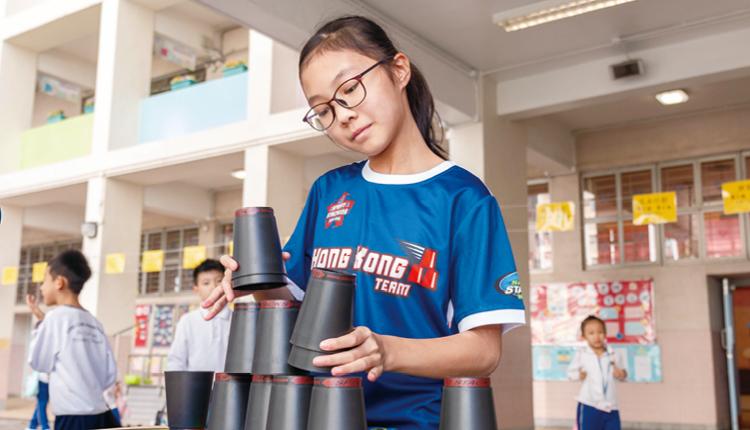 學校率先引入疊杯運動,儘管練習時失敗多於成功,學生卻因此而着迷,再接再厲。
