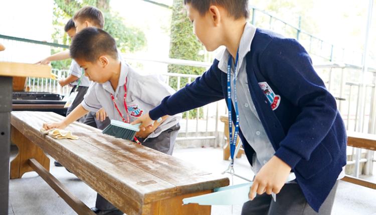 一年級生透過清潔校園,體驗校工的辛勞,學會感恩。