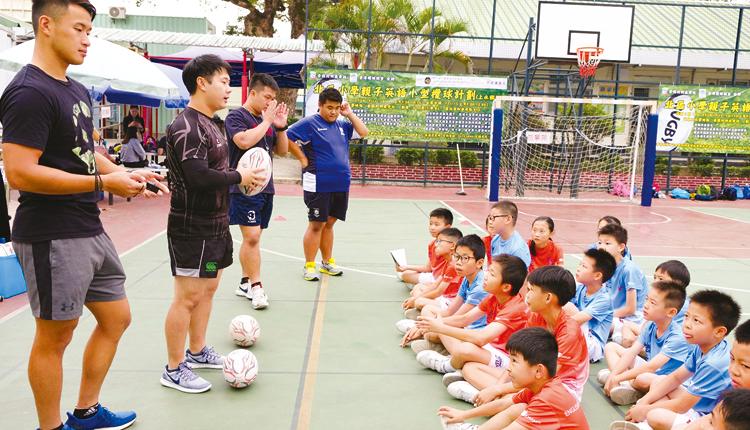 學生使用英語學習欖球,除了鍛鍊體魄,也能接觸不同範疇的英語句式和詞彙。