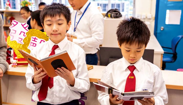學生透過閱讀由教師編纂的詞彙冊,學習更多常用英文生字。
