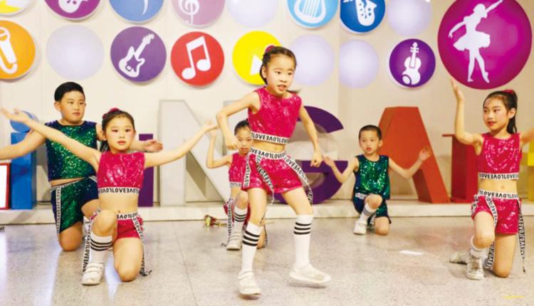 學校為學生提供舞台,透過表演發揮他們的才華,以建立自信。