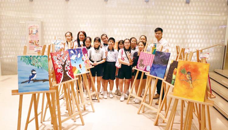 專科導師帶領學生欣賞心靈繪畫,豐富他們的藝術素養和評鑒能力。