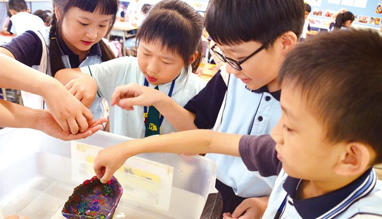 三、四年級學生會在 STEM 活動日學習浮沉原理。