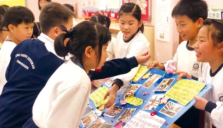 完成校外研習後,學生設計展板,與同學分享學習見聞。