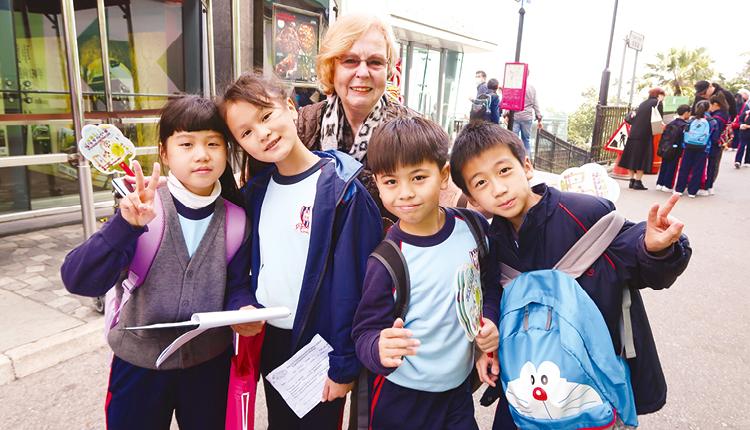 學生到山頂訪問遊客,讓他們有更多機會運用兩文三語,提升說話的自信。