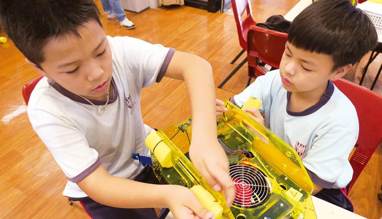 學生合力完成水底機械人,為比賽作最好準備。
