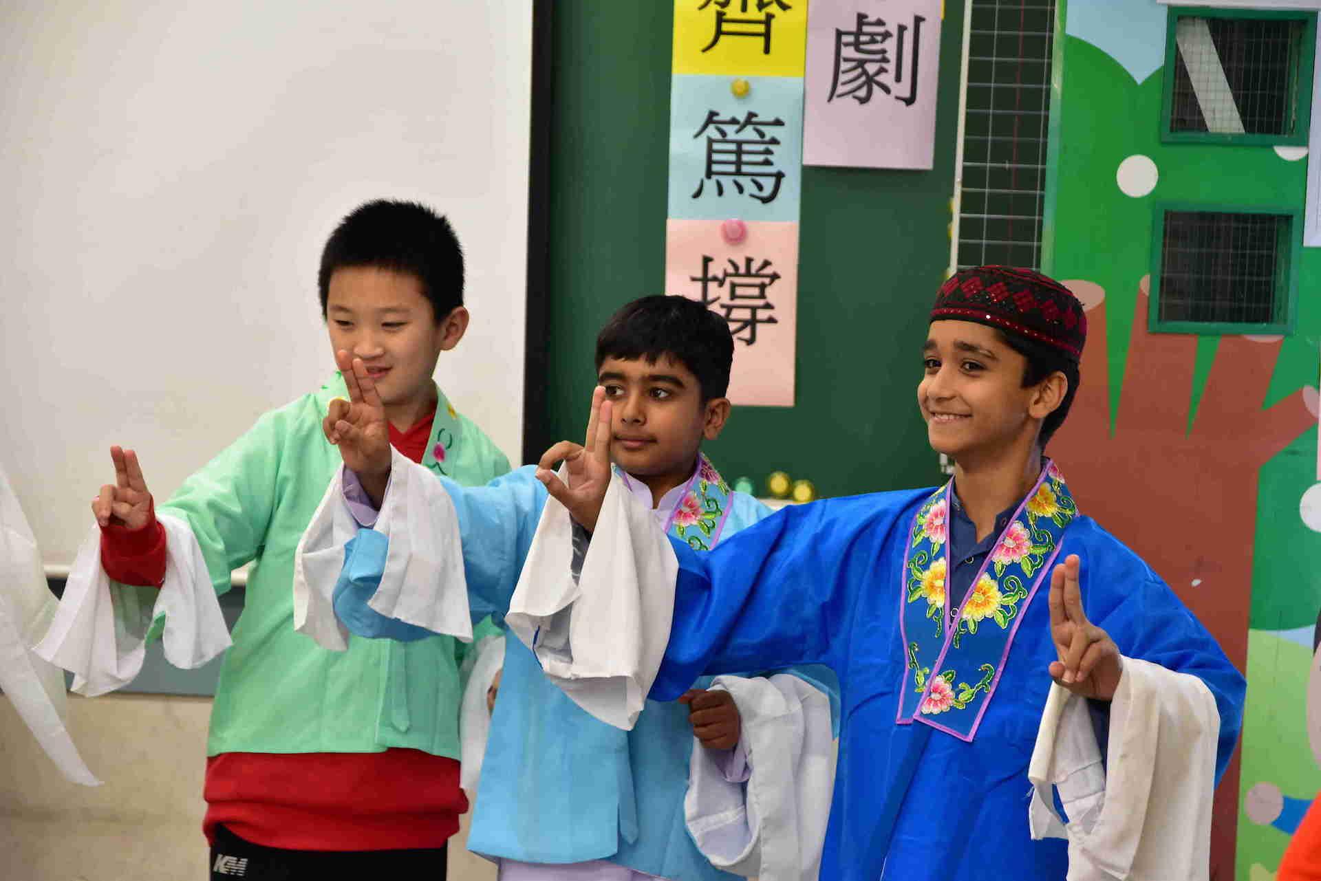 粵劇老師帶領學生動起來,「齊」「篤」「撐」!