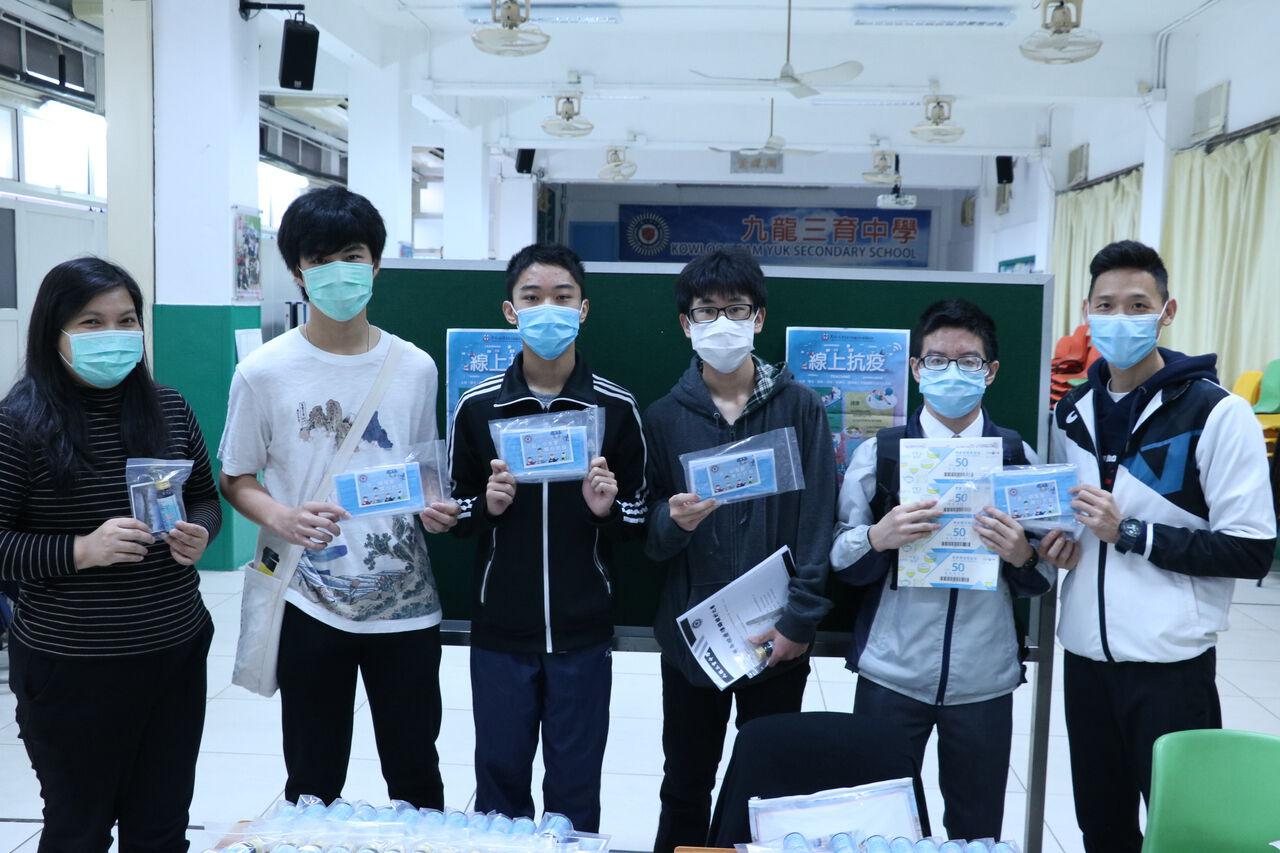 高年級的同學表示家裡口罩尚算充足,所以會把學校派的口罩送給鄰居長者。