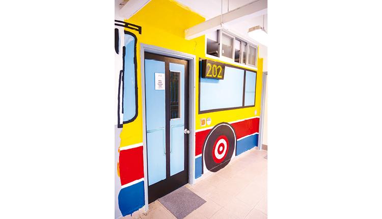 教師和學生將課室牆身和室內佈置成「炮循巴士教室」,大大提升學習動力。