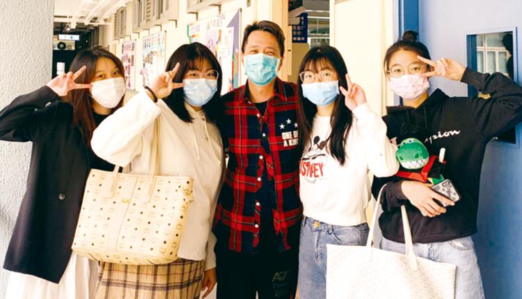 中六學生在家完成畢業試,回校交卷時老師送上防疫包,並關心慰問。