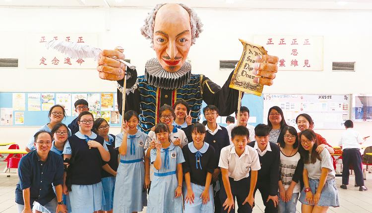 學校鼓勵學生參與藝術創作活動,中四級同學合力完成大型巡遊木偶。