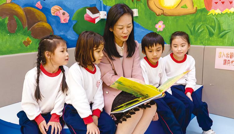 「學校期望學生在成長路上,懂得欣賞自己、肯定自我,發掘自我潛能。因此,學校從小一開始,讓學長照顧新生適應校園生活,發揮友愛互助的精神。學校亦透過電子學習及多元活動,裝備學生迎接未來,與時並進。」 華富邨寶血小學 鄒桂芳校長