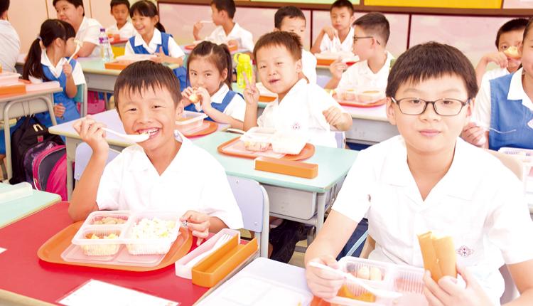 學長與新生一同用膳,互相交流,有助增進感情。