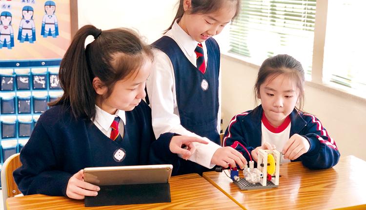 學生運用Gigo 積木探究發電機原理,實踐課本知識。