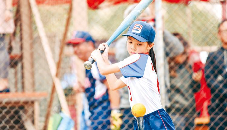 學校開辦壘球班,讓學生按興趣接觸不同球類運動。