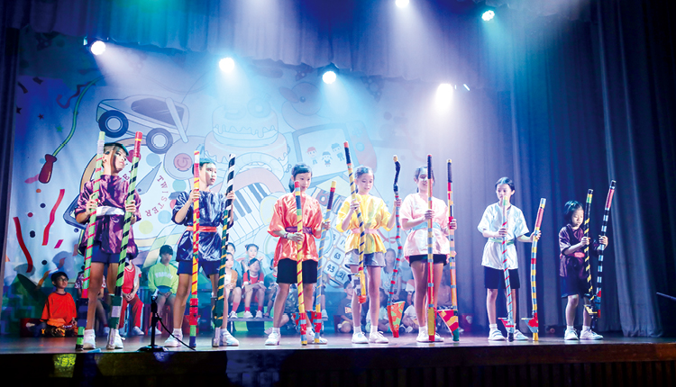同學們化身為雜技演員,在綜藝晚會中施展渾身解數,一系列高難度的動作令觀眾拍手歡呼!