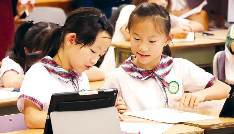 學生利用iPad 學習分數,並進行小組討論。