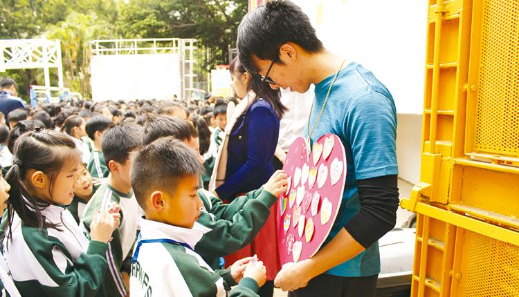 在同理心週活動,學生寫下正向訊息,互相鼓勵。