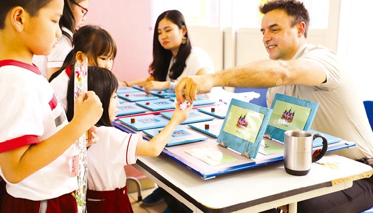 學生在母親節活動與外籍英語老師玩遊戲,寓學習於娛樂。