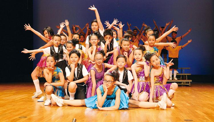 在台上以舞蹈展現才能。