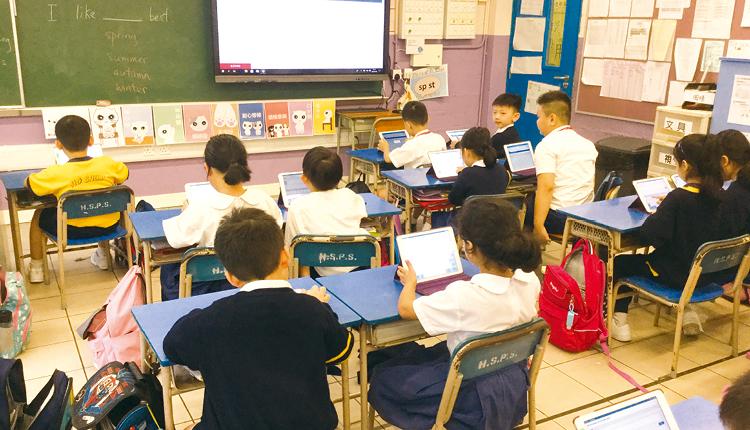 學校積極推行「一人一iPad」,校內課室亦設置互動電子白板,大大提升教學成效。