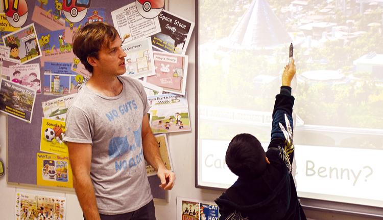 學校設校本全英語班,讓學生有更多機會接觸英語,啟發語言潛能。