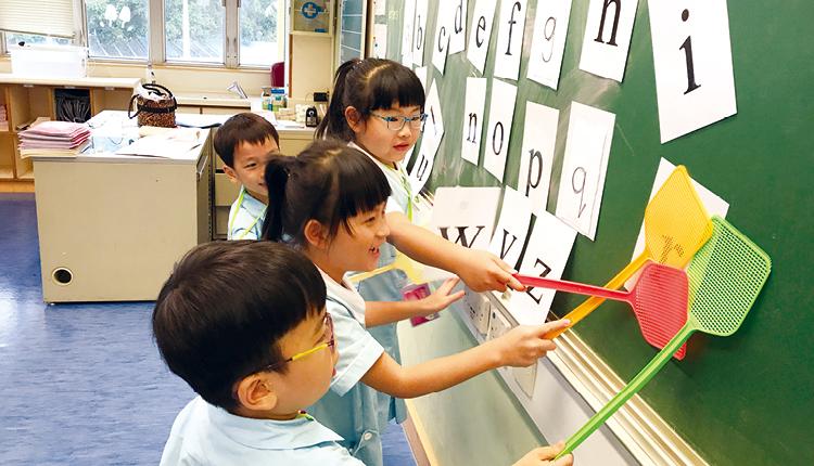 小一學生透過唱歌、故事分享、遊戲等活動輕鬆學習英語拼音。