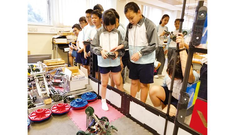 學生操控機械人,掌握機械操作的相關知識。