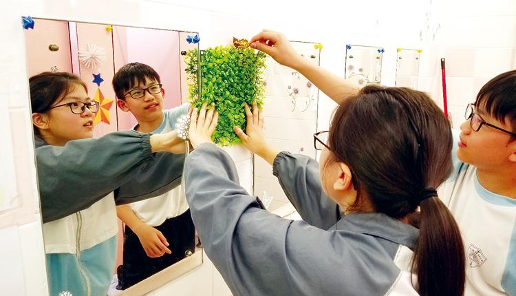 學生們合力改善校園洗手間環境,從而培養公德心。
