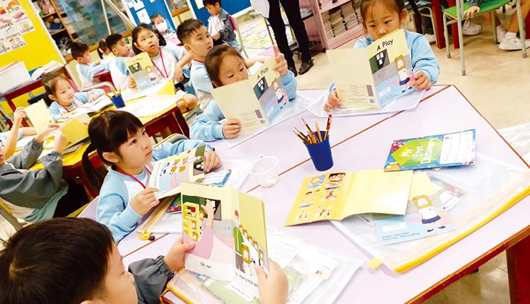學生透過閱讀不同類型的英文圖書,培養學習英語的興趣。