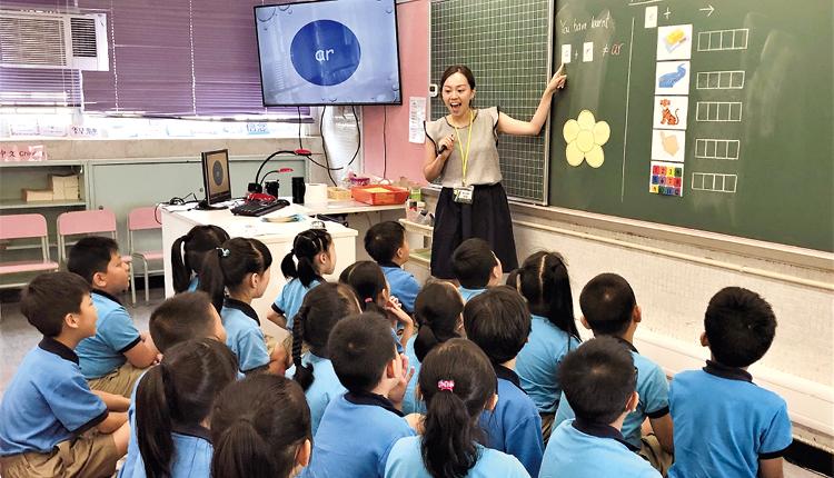 英語教師以輕鬆有趣的教學方法,讓學生掌握英語拼音的原理。