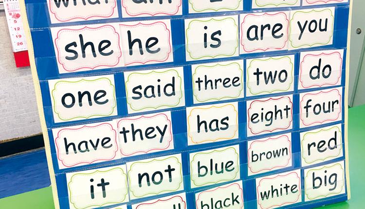 在外籍教師的指導下,學生學習Sight Words,提升閲讀能力。