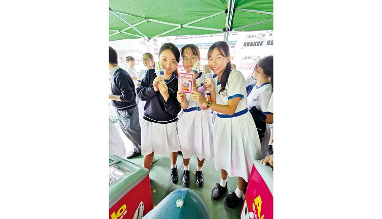 """在英語周完結前,同學可以拿著 """"Ice cream Passport"""" 根據活動紀錄來換領雪糕,留下甜蜜的回憶。"""