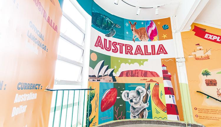 校園走廊梯間亦加以利用,營造出英文語境的氛圍。