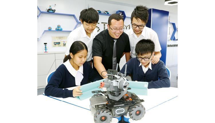 該校更投放大量資源,引入經驗資深的老師專門負責STEM範疇,並以港幣160萬的資助款項,新建了STEM Room。