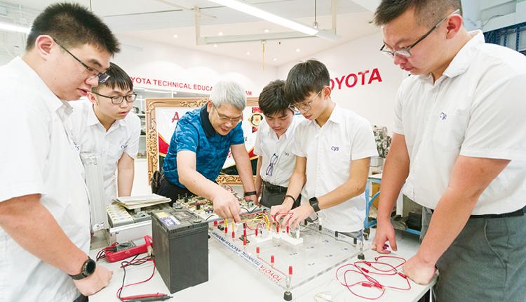 學校已為汽車科技科申請了資歷架構(QF)第三級認證,學生完成DSE考試後,能同步取得相關文憑。