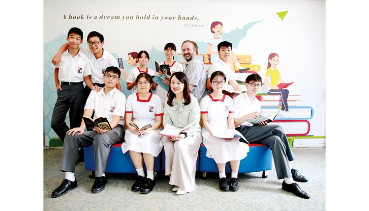 張美美校長(前排中)期望每位學生經過六年中學生涯,都能培養到 正向積極的心態