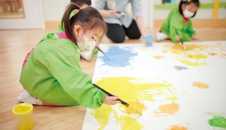 校園有別於一般幼稚園鮮色佈置,反而採用柔和簡約形式設計,當掛上學生不同色彩的作品時,點綴效果更特出,令學生更有創作的動力。