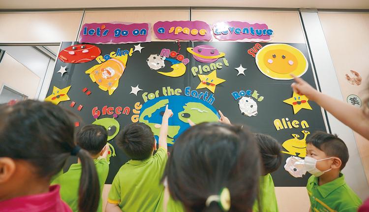 外籍英語老師協助同學學習音樂、美藝,分享茶點和領導遊戲活動,增加學生應用英語的機會。