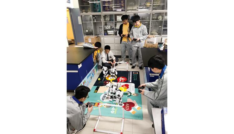 惠僑學生為人型機械人足球比賽進行測試。