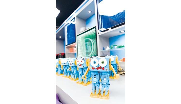 學校成立STEM學會,每星期為學生提供人型機械人及機械臂等編程課程教學。