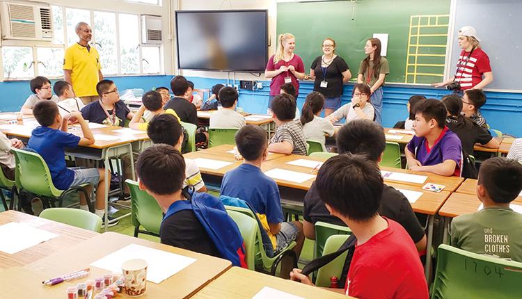 學校致力透過多元英語活動,營造英語環境,包括:英語戲劇、英語日營、聯校英語日、英語歌唱比賽等,增加學生運用英文的自信。