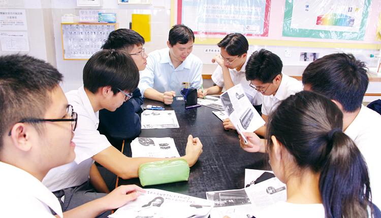 學校以全民參與模式(八個學習領域)推動閱讀。每個學習領域設一學習周,周內會有學科圖書館課、好書推介及與閱讀相關的活動。