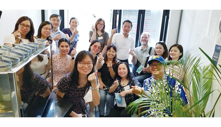 學校與駐校教會合作,每月舉辦「與祢小聚」並向家長傳福音。